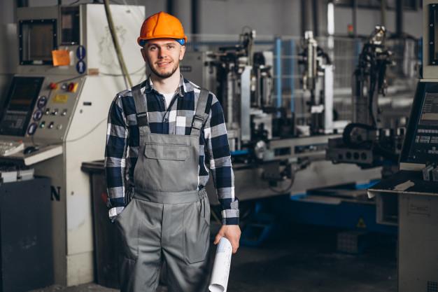 masculino-trabalhador-em-uma-fabrica_1303-14262
